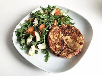 receta de tortilla de patata con alcachofa y rúcula